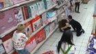 Markette Cin Çarpması Kameraya Yakalandı