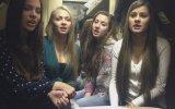 Daracık Odada Şarkı Söyleyen Rus Kızları