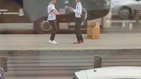 Metrobüs Durağında Anlamsızca Dans Eden Liseliler