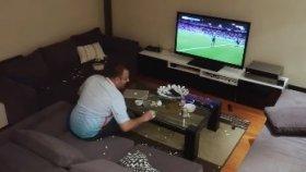 Eşi Tarafından Fena Troll'lenen Futbol Fanatiği Adam