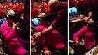 Sanal Gerçeklik Gözlüğü ile Roller Coaster Deneyimleyen Yaşlı Kadın