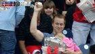 Bir Eliyle Kızını Diğeriyle Beyzbol Topunu Tutan Süper Baba