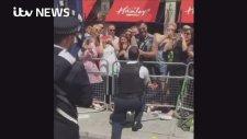 Onur Yürüyüşünde Alkışlar Eşliğinde Evlilik Teklif Eden Polis Memuru