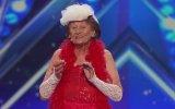 90 Yaşındaki Nineden Şok Eden Striptiz Performansı