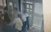 Köpekle Metrobüse Binmek İsteyen Kadının Dövülmesi