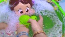 Niloya yıkanıyor! Niloya banyoda cıbıcıbı yapıyor. Pepee, Niloya tospik ile köpüklü banyo yapıyor