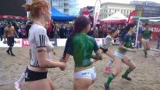 Vücut Boyasıyla Çıplak Bir Şekilde Plaj Futbolu Oynayan Kadınlar