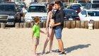 Çocukların Anneleri İle Oyun Oynayıp Yanlarında Öpücük Alan Adam