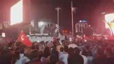 Ankara Kızılay'daki Kutlamalarda Zikir Çeken Kalabalık