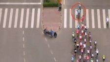 Qinghai Bisiklet Turu'nda Yola Atlayan Yaya Ortalığı Birbirine Kattı
