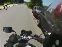 Üniversitedeki Öğrencilerin Lüks Arabalarına Atarlaran Motorcu