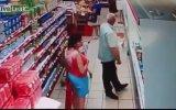 Markette Etek Altı Fofoğraf Çeken Yaşlı Adam