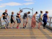100 Farklı İnsanla Çılgınca Dans Eden Adam
