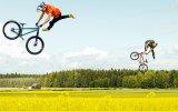 Havalı Atlayışlar Yapan Bahçelerin İçinde Çılgın Bisikletçiler