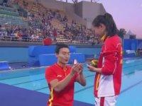 Çinli Sporcunun Madalya Töreninde Evlenme Teklifi Alması