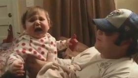 Babasını Sakalsız Görünce Ağlama Krizine Giren Bebek