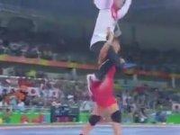 Antrenörünü Omzuna Alarak Kutlama Yapan Kadın Güreşçi