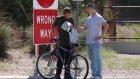 Evsiz İnsanlara Hediye Bisiklet Veren Adam