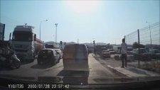 Trafikte Cam Silenlere Sinirlenip Kriz Geçiren Şoför