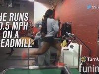 Koşu Bandında 33 Km Hızla Koşan Atlet - Erica Stewart