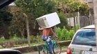 Omzunda Buzdolabı Taşıyarak Bisiklete Binen Herkül Adam