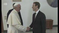 Papa Facebook'un Kurucusunu Kabul Etti