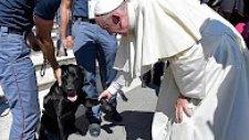 Papa Kurtarma Çalışmalarına Katılan Köpeği Kutsadı