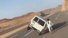 Araplardan Çılgın Hareket. 2 Teker Üzerinde Giden Arabadan İnip Tekrar Biniyorlar
