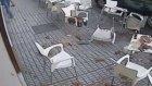 Çatıdan Üzerlerine Kiremit Düşen Lokanta Müşterileri