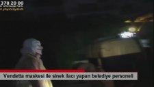 Vendetta Maskesi İle Sinek İlacı Yapan Belediye Personeli