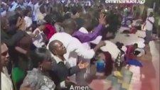 Papazın Cemaatle Toplu Halde Şeytan Çıkarma Görüntüsü