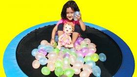 Trambolinde Su Balonu Patlatma Oyunu - Baby Alive Maya Kerem Ve Şeyma