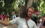 Turistin Kafasında Seks Yapan Azgın Maymunlar