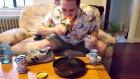 Yanan Kaktüsü Nedensizce Yiyen Rahatsız Adam