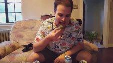 Kaktüsü Yiyen Rahatsız Adam