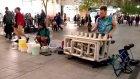 Sokakta Nalburiye Malzemeleriyle Tekno Müzik Gösterisi Yapan Adamlar