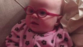Yeni Gözlükleriyle Annesini İlk Kez Gören Sevimli Bebek