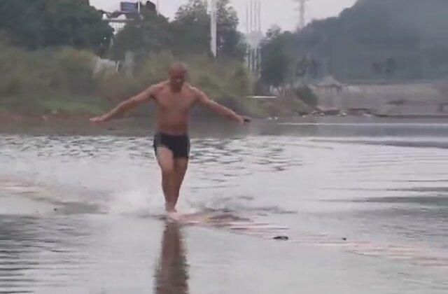 Çinli Keşiş Su üstünde 125 m Yürüdü !