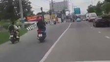 Öfkeli Motosikletli Yaptığı Hareketle Pes Dedirtti