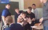 Öğretmenine Yumruk Atarak Saldıran Öğrenci
