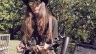 Kürekten Üç Telli Gitar Yapan Gitar Virtüözü Adam