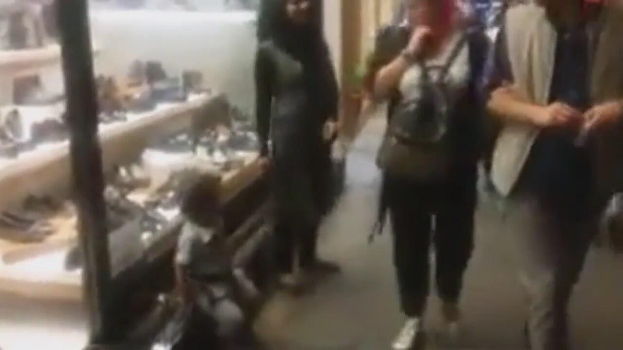 Arap Turist Çocuğunu İple Bağlayıp Gezdirdi