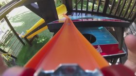 Evinin Bahçesini Oyuncak Arabaları İçin Parkura Çeviren Adam