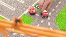 Kule Vinç top oynayan arabaları havada savuruyor