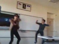 Müzik Dersinde Apaçi Dansı
