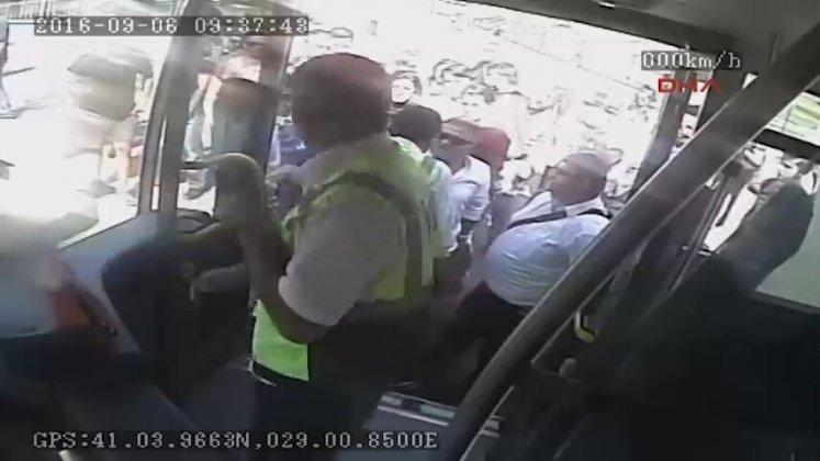 Metrobüs şoförünün yolcuyu bıçaklama anı kamerada