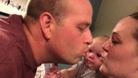 Annesiyle Babasının Öpüşmesine Katlanamayan Bebek
