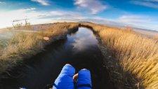 Göl Üzerinde Manzaranın Güzelliğini Yansıtan Enfes Uçuş Deneyimi