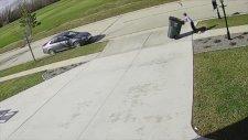 Çöp Kutusunu Rüzgara Karşı Taşımakta Bir Hayli Zorlanan Çocuk