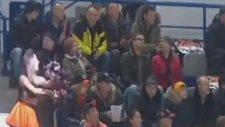 Buz Hokeyi Maçına Güvenlik Görevlisinin Damga Vurması
